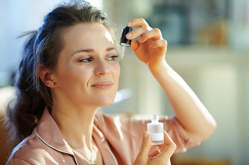 woman-applying-eye-serum