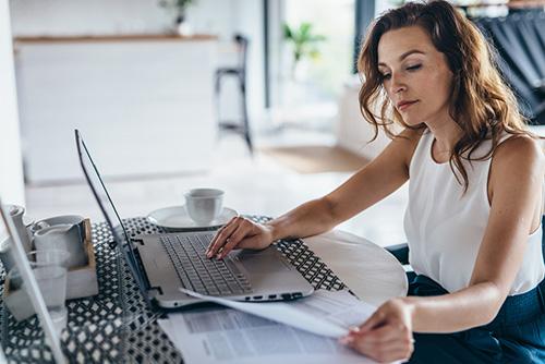 Woman-making-budget