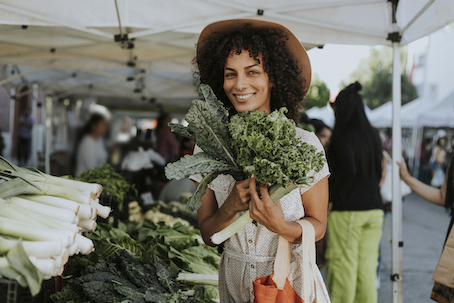 woman eating local produce to reduce risk of insulin resistance