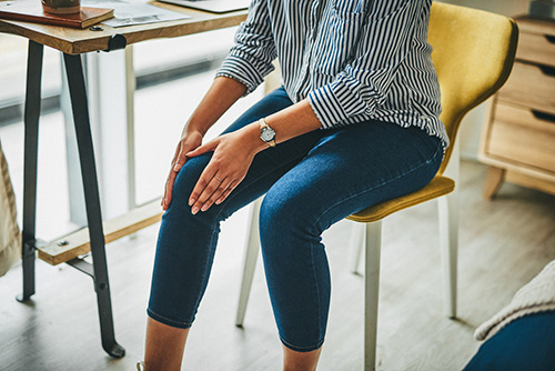 A woman with knee arthritis