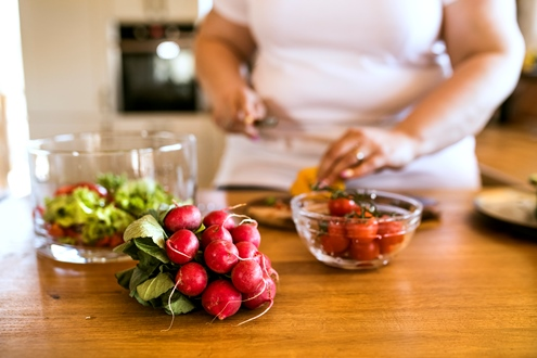woman helping leptin weight loss resistance with healthy food